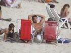 Malvino Salvador vai à praia no Rio com a filha