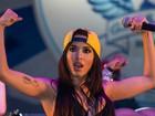 Haja disposição! Anitta emenda shows e mostra muque no palco