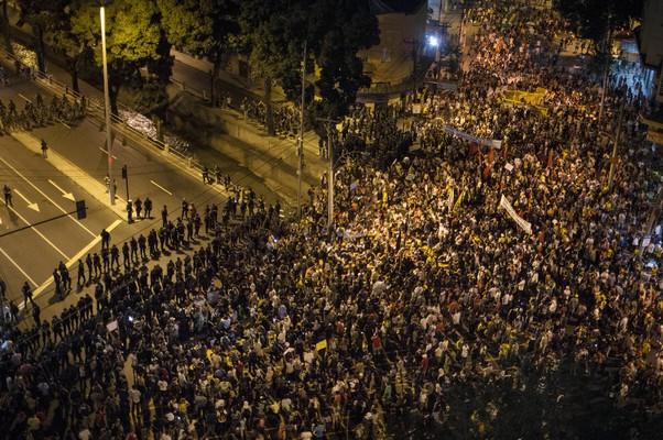 Polícia bloqueia aproximação dos manifestantes ao Estádio do Maracanã. Cerca de cinco mil pessoas participam do protesto no Rio de Janeiro (Foto: AP Photo/Felipe Dana)