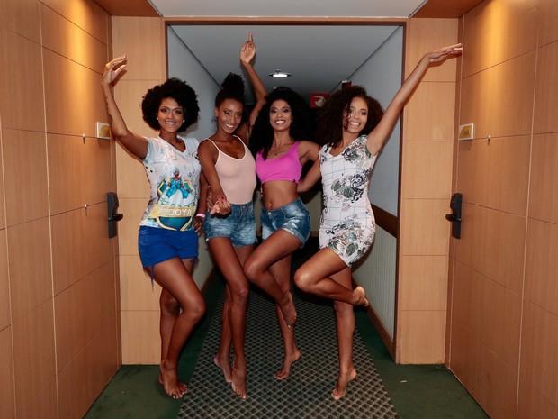 Raissa Santana e modelos que vão desfilar pela Vai Vai (Foto: Rafael Cusato / EGO)