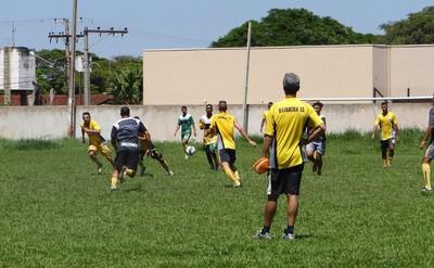 Técnico Denilson Rafaine comanda treino do Ubiratan (Foto: Renato Giansante/Ubiratan)