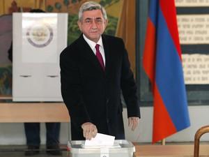 Presidente armênio, Serge Sarkisian lança seu voto durante a eleição presidencial em Yerevan, Armênia (Foto: AP Photo / Foto PanARMENIAN, Tigran Mehrabyan)