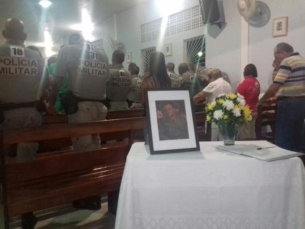 Igreja ficou lotada para missa que homenageou o capitão Rodrigues (Foto: Shade Andrea / G1)