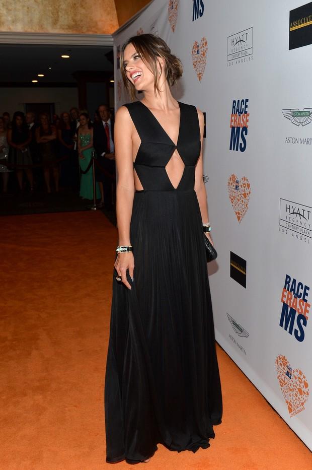e6b28a303 EGO - Alessandra Ambrósio arrasa com vestido todo decotado em evento ...