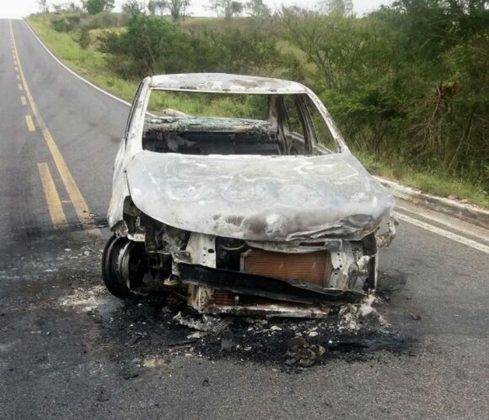Carro que foi queimado em rodovia próximo a Vázea da Roça, na Bahia (Foto: Blog Agmar Rios)