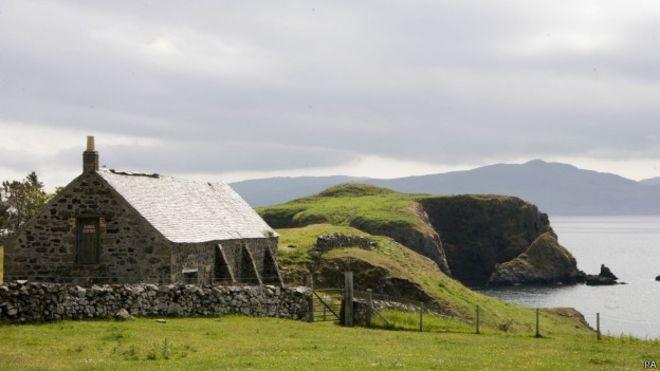 Habitantes da pequena ilha escocesa Canna ficaram chocados com roubo de loja local (Foto: Press Agency/BBC)