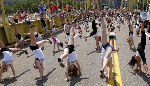 Centenas de pessoas fazem pirueta em ponte para quebrar recorde em Pitsburgh, na Pensilvânia (EUA) (Foto: Keith Srakocic/AP)