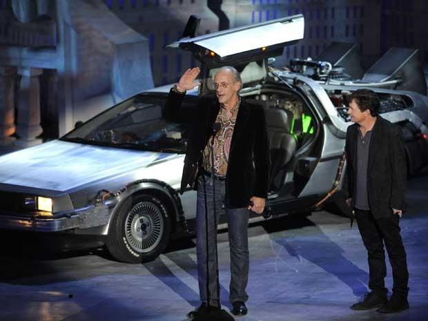 Michael J. Fox e Christopher Lloyid subiram ao palco acompanhados de uma réplica do carro/máquina do tempo Delorean. Eles foram ovacionados de pé. (Foto: Chris Pizzello / AP Photo)