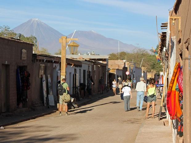 Principal rua de comércio de San Pedro com o vulcão Licancabur ao fundo (Foto: Dennis Barbosa/G1)