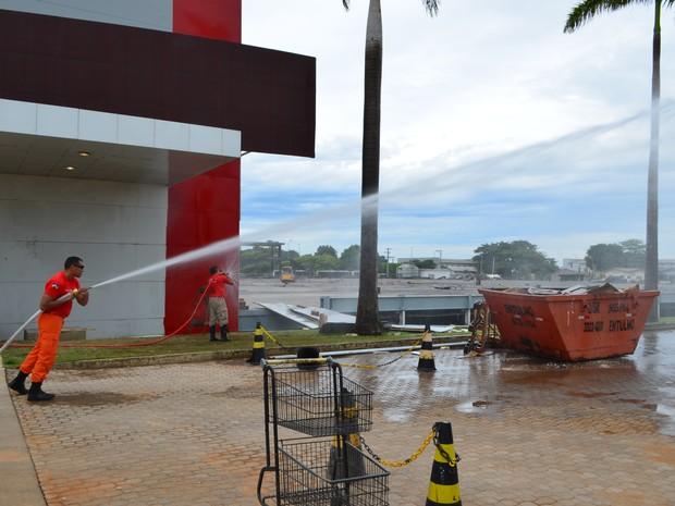 O Corpo de Bombeiros testou os hidrantes e a capacidade da força da água no caso de uma emergência no estabelecimento. (Foto: Dennis Weber/G1)