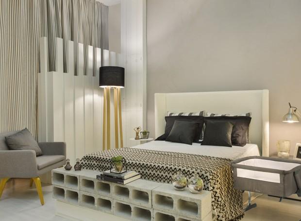 """""""Quarto da Mãe Solo"""", projetado por Rebeca Albertassi traz móveis modernos e cores neutras.  A peseira feita com tijolos de concreto é usada como apoio e sapateira (Foto: Divulgação)"""