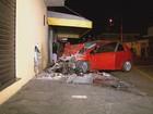Motociclista é arremessado contra loja após colisão com carro e morre; vídeo