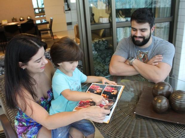 Ana Karina Lócio e os filhos recorda lembranças do primogênito através de fotos  (Foto: Aldo Carneiro/Pernambuco Press)