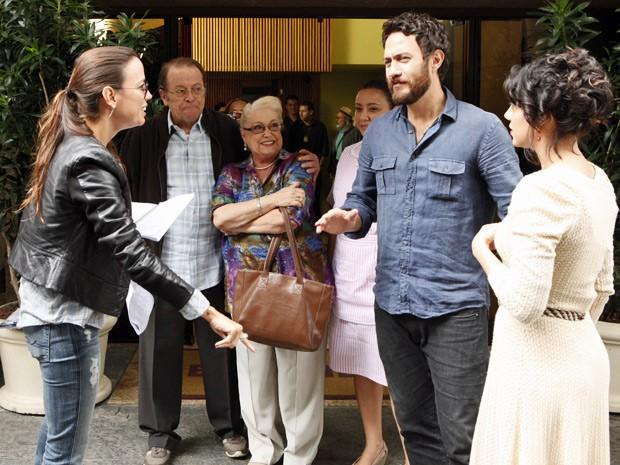 Elenco recebe instruções da diretora (Foto: Amor Eterno Amor/TV Globo)