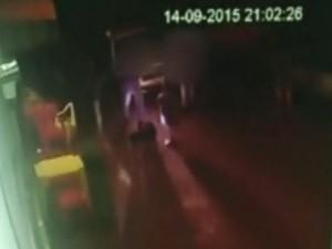 Vídeo mostra agressão de anão (Foto: Reprodução / TV TEM)