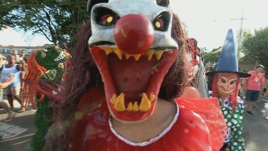 Leme, SP, tem tradicional desfile de máscaras com 'bexigadas'; veja vídeo