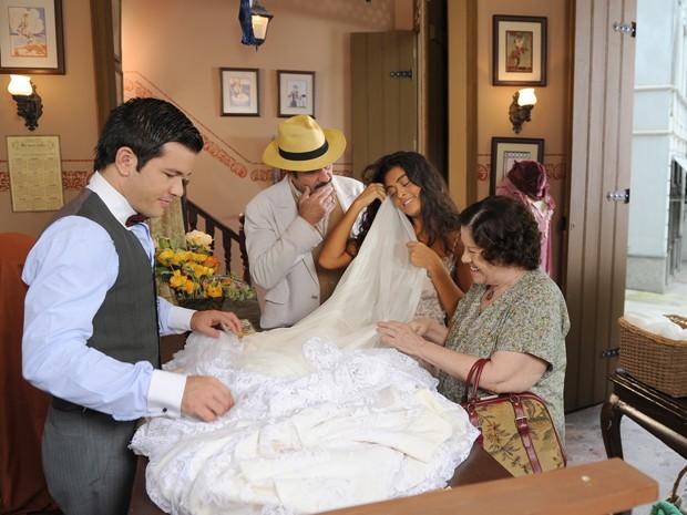 Gabriela escolhe tecido para o vestido (Foto: Gabriela / TV Globo)