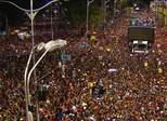 Foliões esquecem dores do amor pulando atrás dos trios em Salvador