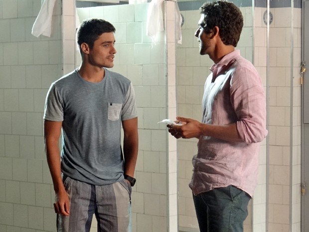 Gustavo fica pensativo com proposta de Leo (Foto: Maria Clara Lima / Gshow)