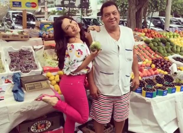 Fernanda Souza posa com feirante (Foto: Reprodução/Instagram)