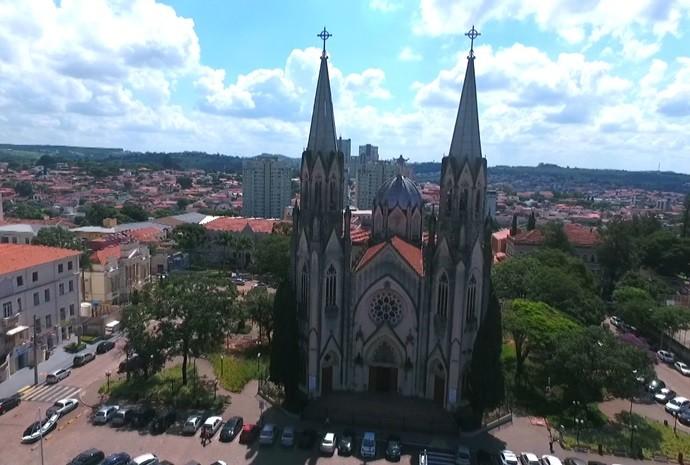O programa 'Revista de Sábado' é apresentado da cidade de Botucatu (Foto: Revista de Sábado/ TV TEM)