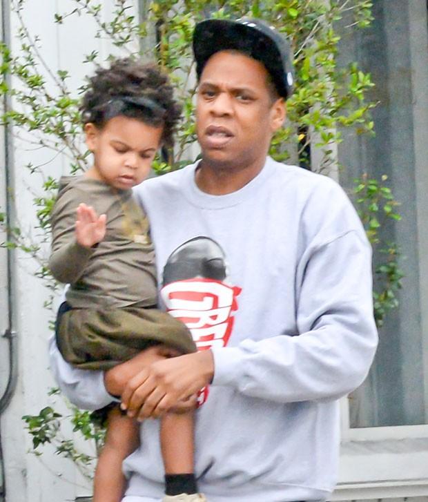 Jay-Z com a filha, Blue Ivy, no colo (Foto: Grosby Group)