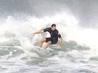 Vladimir Brichta dá show em dia de surfe no Rio de Janeiro