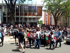 Estudantes da Unicamp se reúnem para decidir sobre pedido de reintegração de posse na reitoria (Foto: Marcello Carvalho/G1 Campinas)