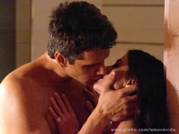 Silvia e Guto acabam na cama (Foto: Amor à Vida/ TV Globo)