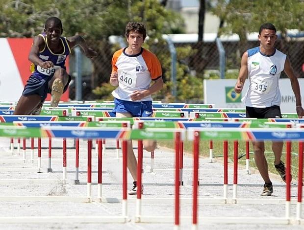 Atletismo, na foto, vencedor da prova, Vitor Venâncio, nº 509 (Foto: Gaspar Nóbrega/COB)