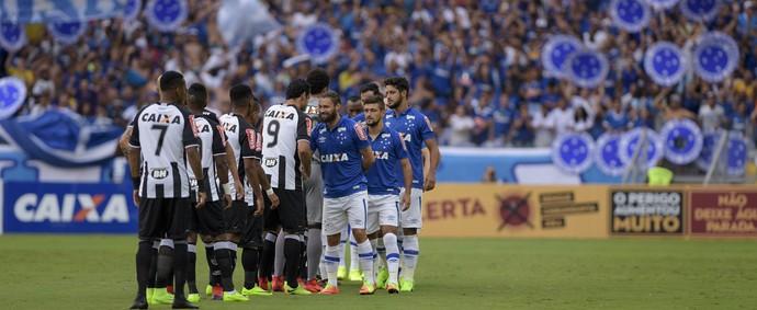 Jogadores de Cruzeiro e Atlético-MG se cumprimentam antes do clássico começar (Foto: Washington Alves/Cruzeiro)