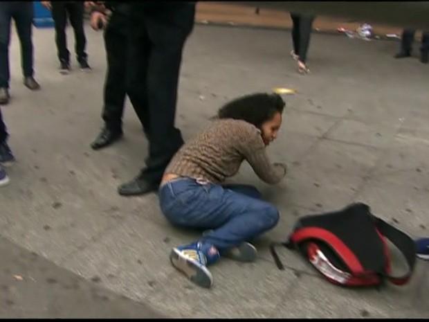 Candidata leva um tombo instantes antes de entrar na escola onde faz a prova do Enem.  (Foto: Reprodução)