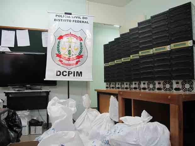 Policiais apreenderam 80 gravadores e 3,5 mil mídias piratas em Taguatinga (Foto: Heloisa Fávaro/G1)