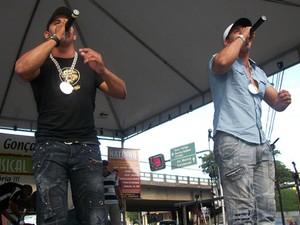 Os MCs Tiago e Diogo voltaram a cantar após um hiato de nove anos na carreira (Foto: MCs Tiago e Diogo/ Divulgação)