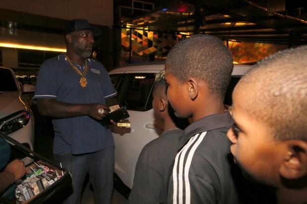 Mr. Catra distribui dinheiro na porta de festa de aniversário de Adriano Imperador (Foto: AgNews)
