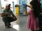 Menina com síndrome tem pelos do corpo removidos, em Goiás