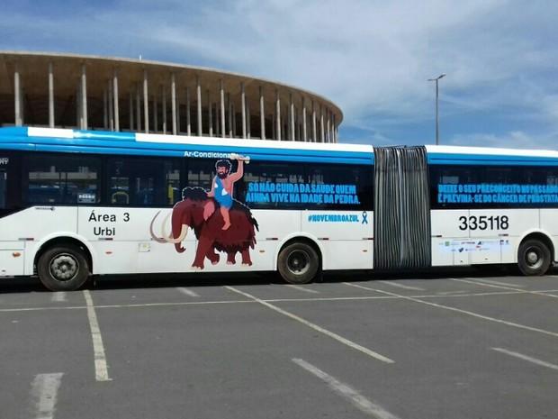Ônibus articulado com identificação da campanha Novembro Azul em frente ao Estádio Mané Garrincha (Foto: Divulgação)