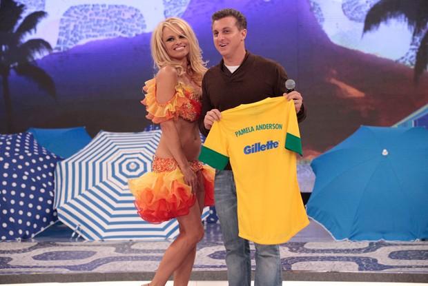 Pamela Anderson posa para foto ao lado de Luciano Huck (Foto: Caldeirão do Huck / TV Globo)