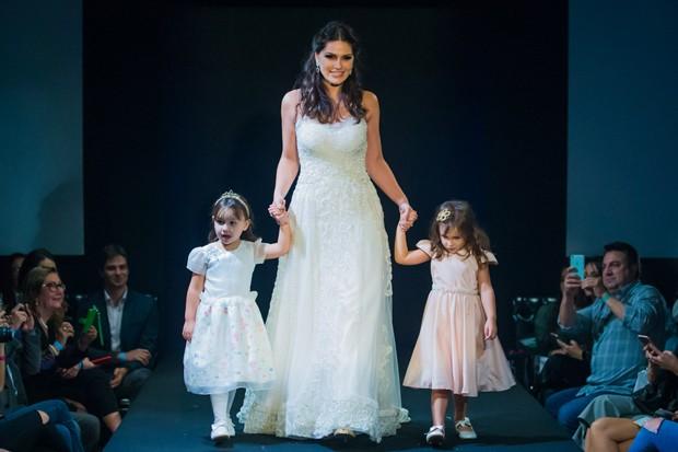 Natalia Guimaraes desfila com as filhas Kiara e Maya (Foto: Manuela Scarpa/Brazil News)