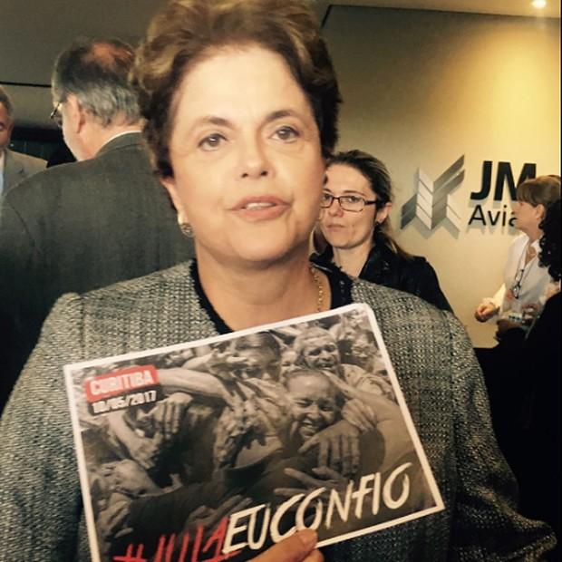 A ex-presidente Dilma Rousseff desembarca no aeroporto de Curitiba, horas antes do depoimento de Luiz Inácio Lula da Silva ao juiz Moro (Foto: Reprodução/Twitter)