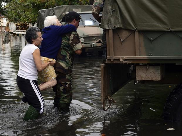 3 de abril - Idosa é resgatada em região alagada em La Plata. (Foto: Daniel Garcia/AFP)