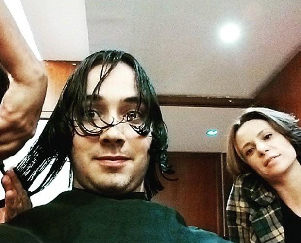 Gabriel Falcão aparando as madeixas na companhia de sua namorada, a atriz Vanessa Gerbelli (Foto: Arquivo Pessoal)