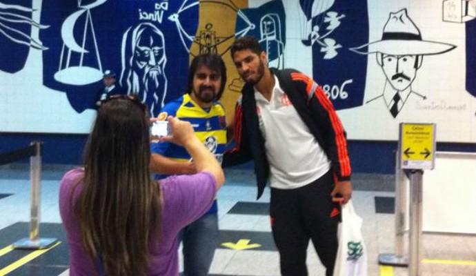 Wallace tira foto com torcedor na chegada do Flamengo a Curitiba (Foto: Thales Soares/GloboEsporte.com)