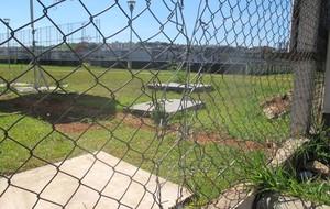 Segurança terceirizada e alambrados remendados na entrada do CT (Foto: Diego Ribeiro)