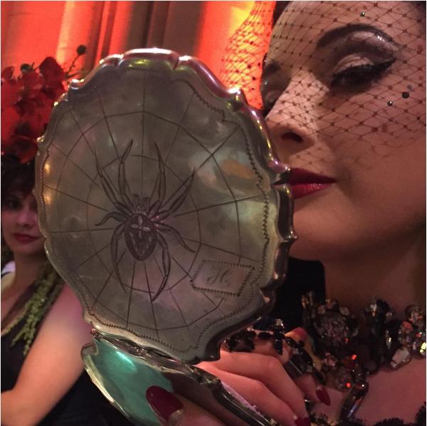 A diva burlesca Dita Von Teese no evento em Nova Yok no qual foi proibida de se apresentar (Foto: Instagram)