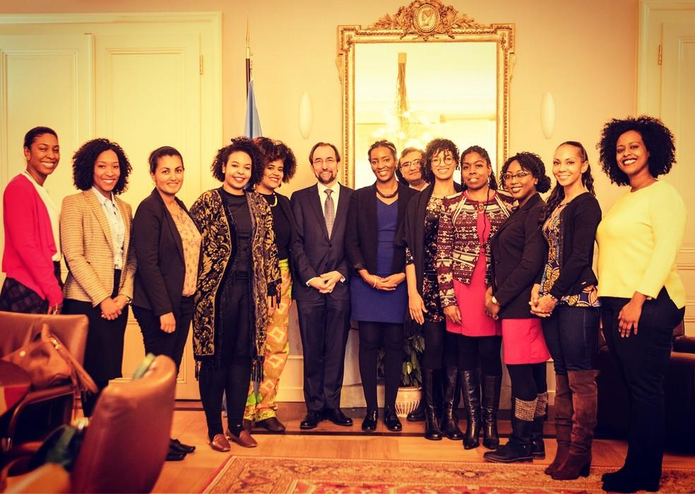 Mariana, quarta da esquerda para a direita, durante encontro com participantes do Fellowship (Foto: OHCHR)