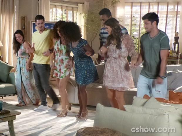Luiza se diverte com os amigos, enquanto aprendem a dançar com Alice (Foto: Em Família/TV Globo)
