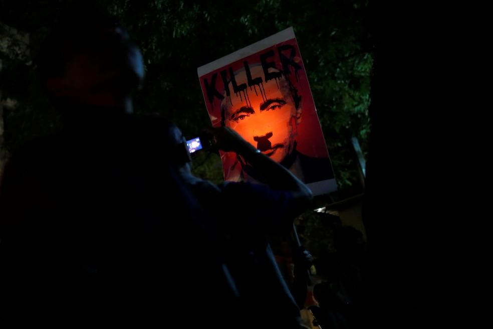 Cartaz que chama Vladimir Putin de assassino é exibido em manifestação em defesa da comunidade gay na Chechênia realizado no dia 20 de abril no México (Foto: REUTERS/Carlos Jasso)