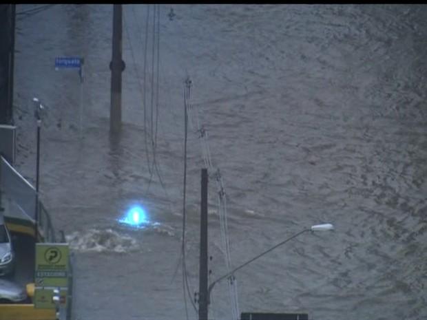 Rede elétrica rompida na Zona Leste de São Paulo (Foto: Reprodução/TV Globo)