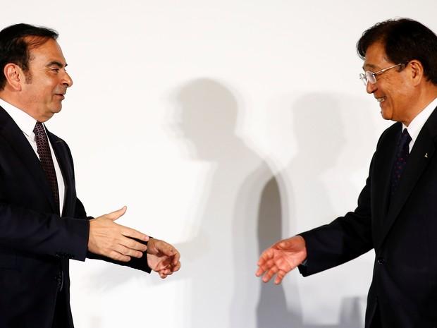 Carlos Ghosn, CEO da aliança Renault-NIssan,  e Osamu Masuko, CEO da Mistsubishi, nesta quinta-feura (12) (Foto: Thomas Peter / Reuters)